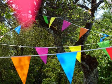 Guirlande de fanions multicolores dans le jardin